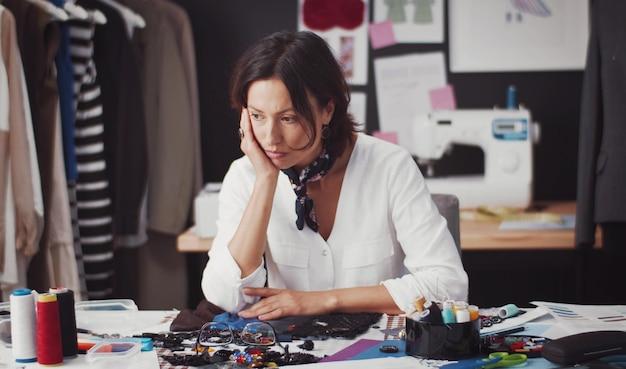 Задумчивый дизайнер моды думает о творческой идее