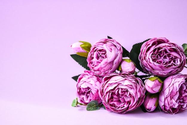 Букет пионов на розовом