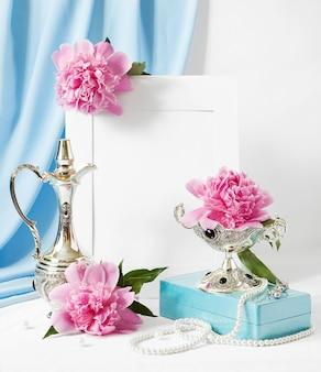 Пионы, рамка и ожерелье из жемчуга на поздравительной открытке