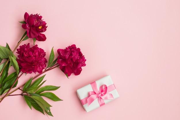 Цветы пиона и пустой блокнот для планирования или пожелания