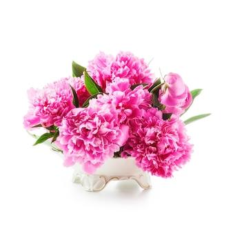 牡丹の花白い背景で隔離のレトロな花瓶のピンクの牡丹のロマンチックな花束