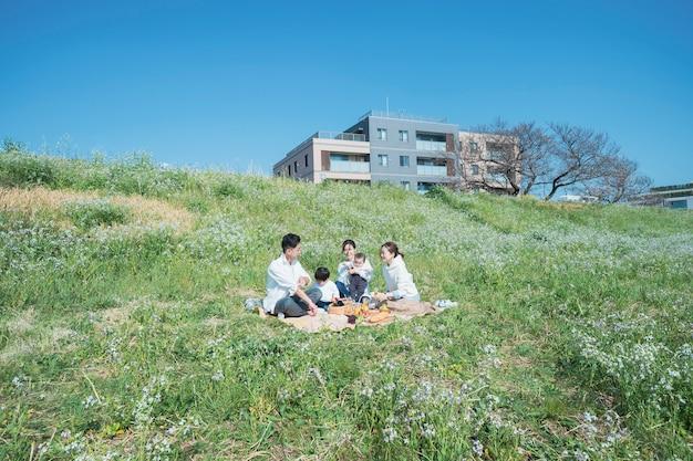 屋外でピクニックを楽しむ人(大人3名、子供2名)