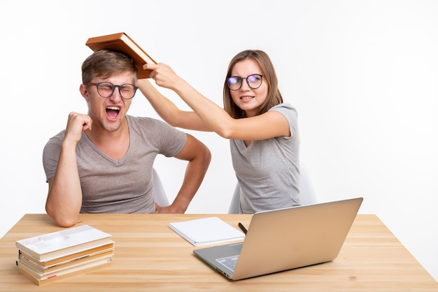 Концепция людей и образования - два студента веселятся во время работы.