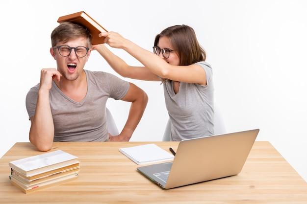 Концепция людей и образования. два студента веселятся во время работы