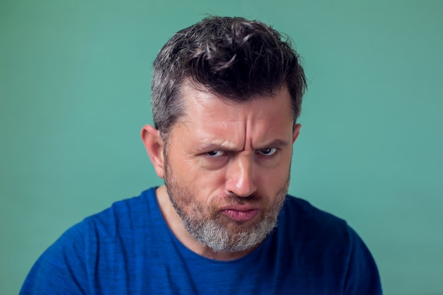 사람과 감정-수염을 가진 화난 사람