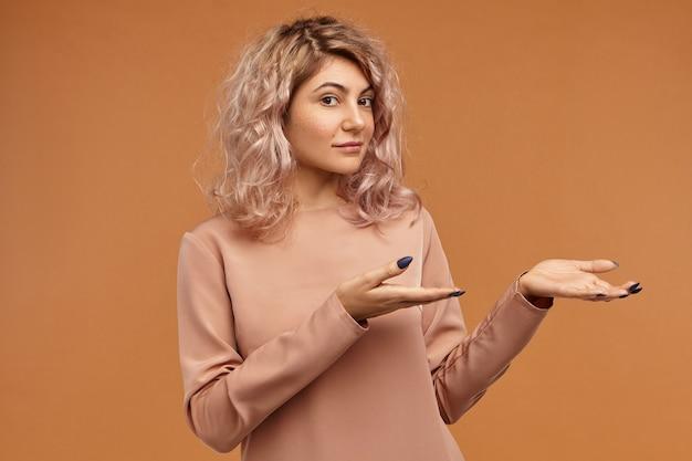 사람과 라이프 스타일 개념. 유행 귀여운 힙 스터 소녀의 그림에 고립 된 포즈, 뭔가 들고 그녀의 앞에 열려 손을 유지