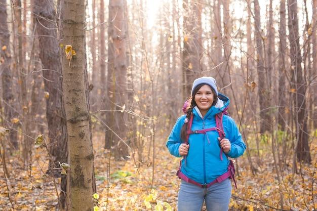 Концепция людей и природы - портрет женщины с рюкзаком, походы в лес.