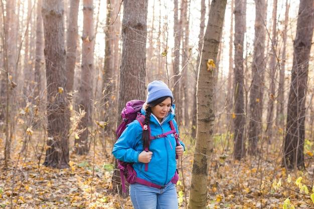 Люди и концепция природы - женщина путешественника, идущая в лесу.