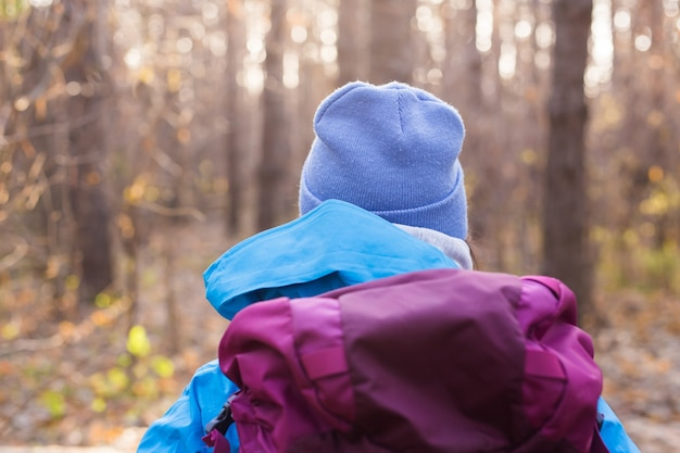 Люди и природа концепция путешественник женщина, идущая в лесу