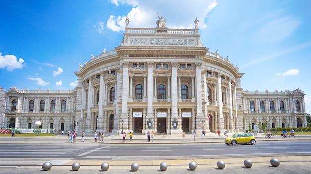Люди и дорога перед венским государственным оперным театром - хофбург