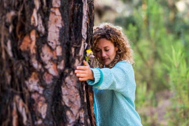 사람과 사랑과 관심으로 나무를 포옹하는 여자와 자연 개념을 저장