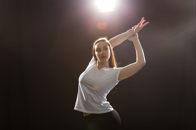 사람과 거리 춤 개념 - 댄스 수업에서 재즈 펑크를 추는 젊은 피트니스 여성.