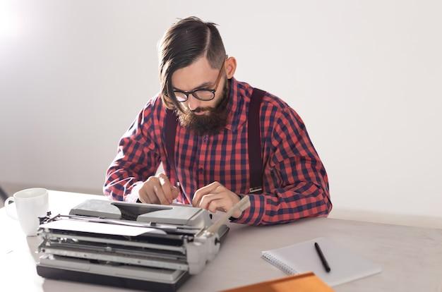 人と技術の概念-タイプライターに取り組んでいる作家の肖像画。