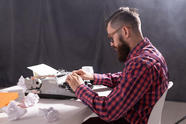 사람과 기술 개념-작가는 작업에 초점을 맞춘 종이 조각으로 둘러싸여 있습니다.