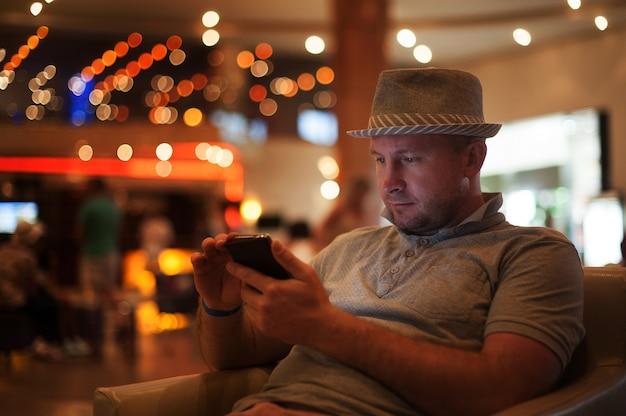 Люди и технологии счастливый человек с сообщением чтения смартфона