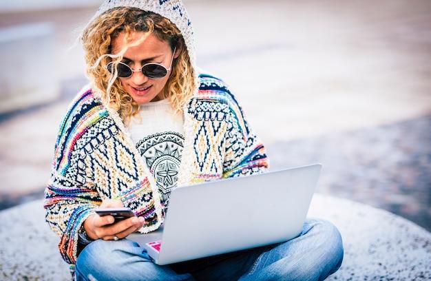 どこでも仕事と接続を行うための最新の電話とラップトップコンピューターを備えた人とテクノロジーのローミングシステム