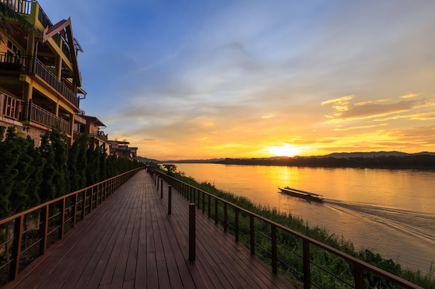 人と観光客は休日に人気のある観光名所であるチェンカンに行く。