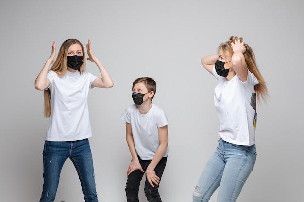 사람들은 스튜디오에서 전염병 바이러스를 두려워합니다