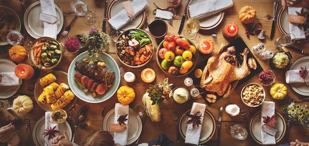 Люди празднуют день благодарения