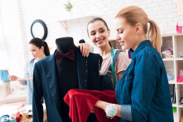 사람들은 새로운 정장 재킷에 대한 desing을 논의하고 있습니다.
