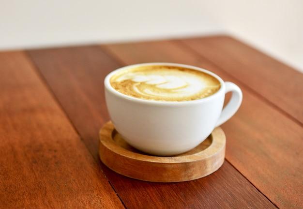 사람들은 커피 숍에서 커피를 마시고 있습니다