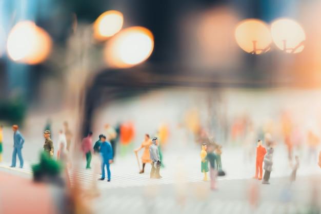 人々は市内の歩行者横断歩道を渡って移動しています