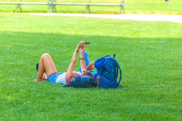 Люди отдыхают в общественном городском парке в вене, австрия.