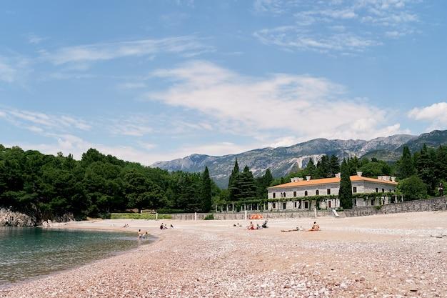 사람들은 villa milocer budva montenegro 근처 해변에서 휴식을 취하고 있습니다.