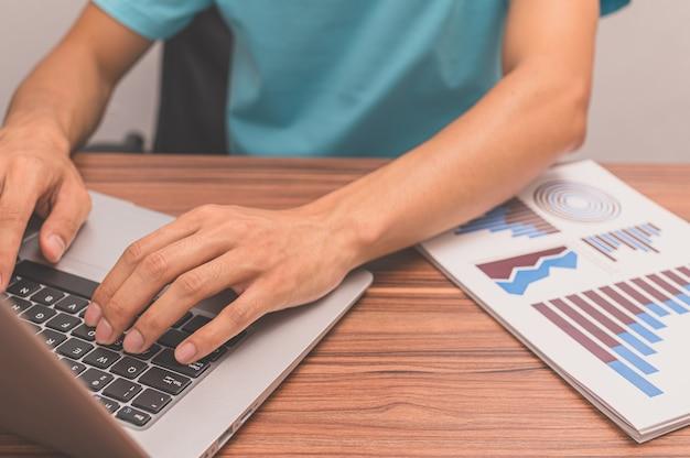 사람들은 컴퓨터를 사용하여 일하고 있습니다.
