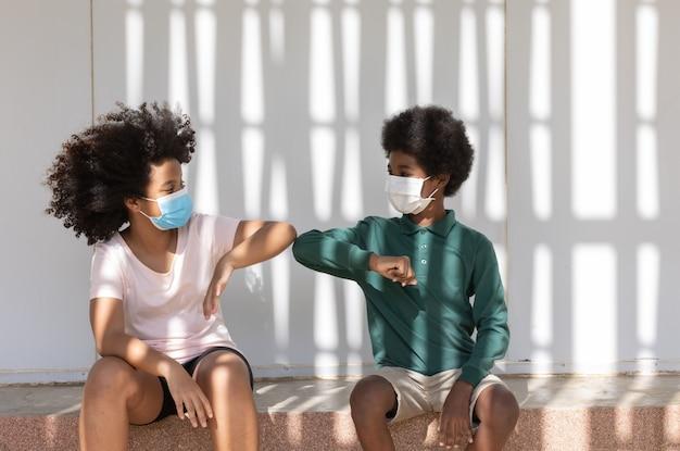 사람들은 코로나바이러스 확산을 방지하기 위해 보호용 안면 마스크를 착용하고 있습니다