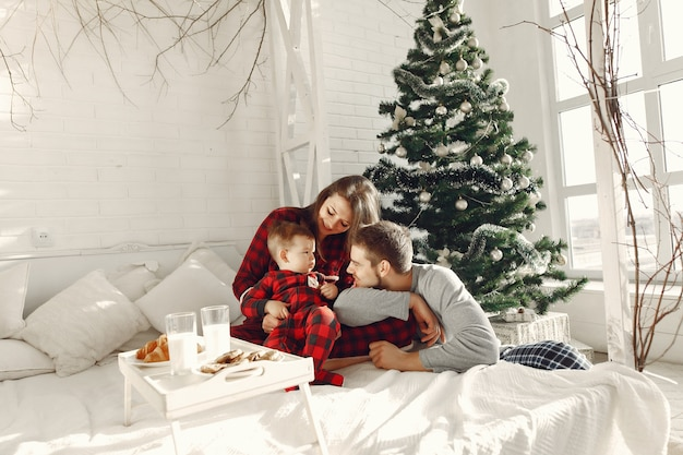 Люди дома. семья в пижаме. молоко и круассаны на подносе.