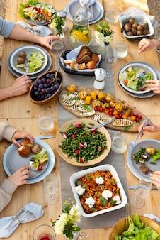 Люди за столом с едой крупным планом