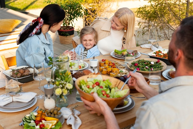 맛있는 음식을 테이블에있는 사람들이 가까이