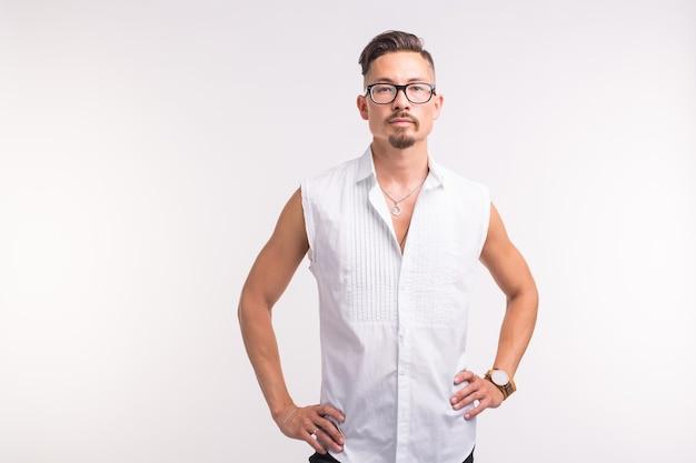 人、美容、ファッションのコンセプト-コピースペースと白い背景の上の肖像画の若いスタイリッシュなハンサムな男を閉じます。
