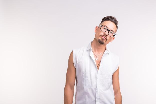 人、美容、ファッションのコンセプト-白の肖像画の若いスタイリッシュなハンサムな男をクローズアップ