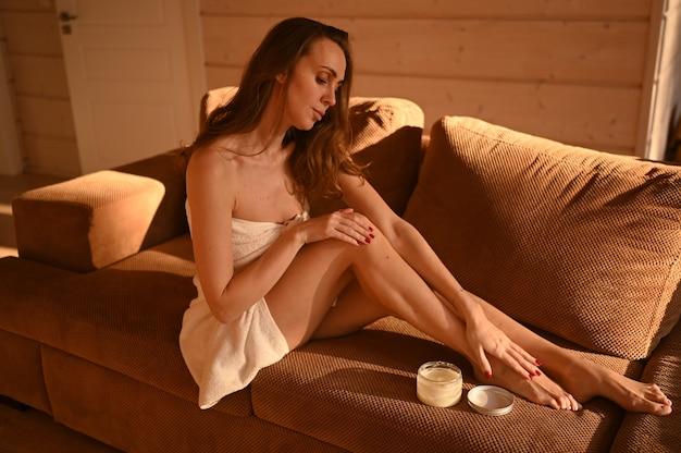 人々 美容脱毛脱毛ボディ ケア コンセプトでソファに座っている美しい女性の素足
