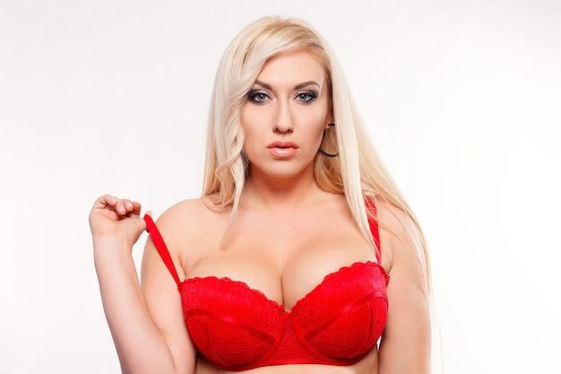 Люди, красота, образ жизни, мода и концепция красоты - портрет молодой сексуальной женщины в красном бюстгальтере
