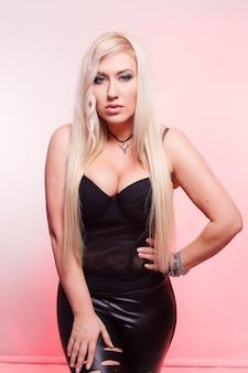 사람, 아름다움, 라이프 스타일, 패션 및 뷰티 개념 - 빨간색 배경에 검은색 비키니에 섹시한 금발의 여자