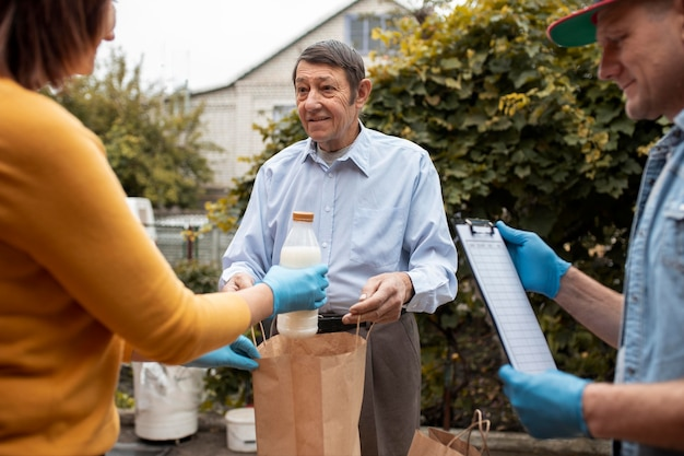 Люди приносят припасы к соседям
