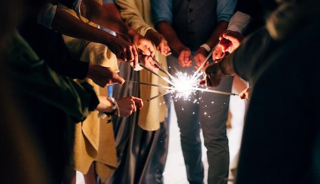 人々は大きな線香花火を集め、同時に点火から