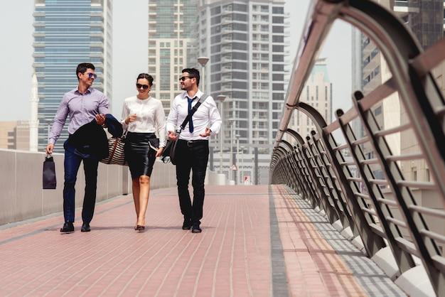 도시에서 걷는 사람들이 비즈니스 회의.