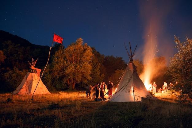 Люди кемпинг в лесу ночью