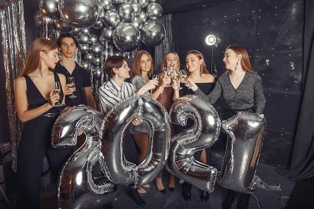 大きな風船で新年を祝う人々