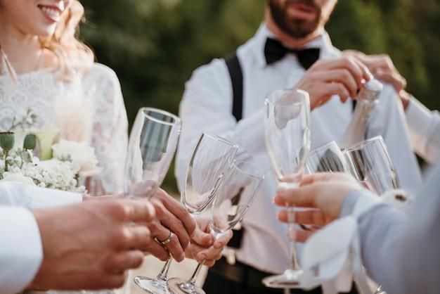 해변에서 결혼식을 축하하는 사람들