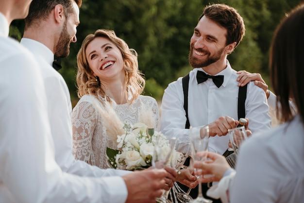 ビーチでの結婚式を祝う人々