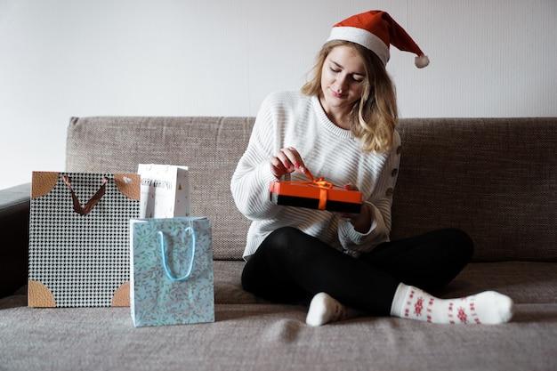 クリスマスの愛と幸福の概念を祝う人々