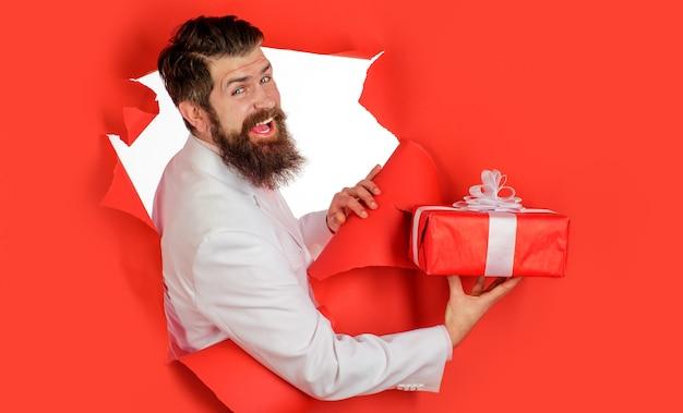 Люди, празднование, приветствие и праздники, бизнесмен с подарочной коробкой, красивый мужчина в костюме с настоящим.