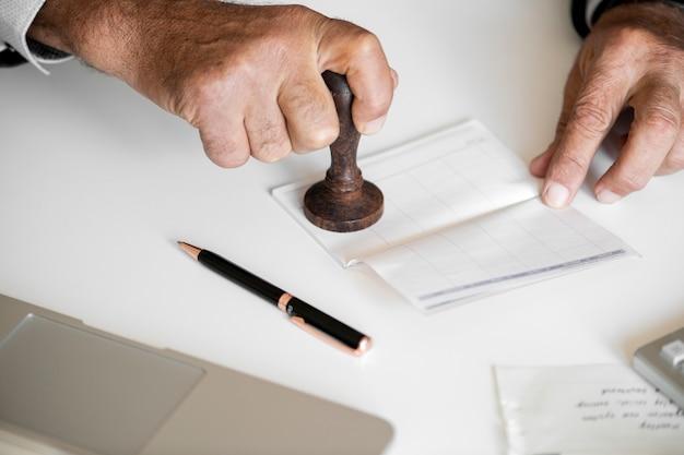 Люди, проверка банковской книги, изолированных на белом столе