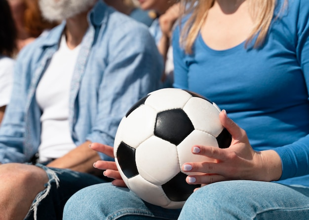 自国のサッカーチームを応援する人々