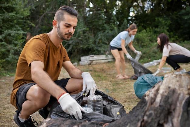 자연에서 쓰레기를 청소하는 사람들